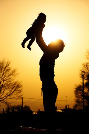 子どもを抱きかかえる父親.jpg